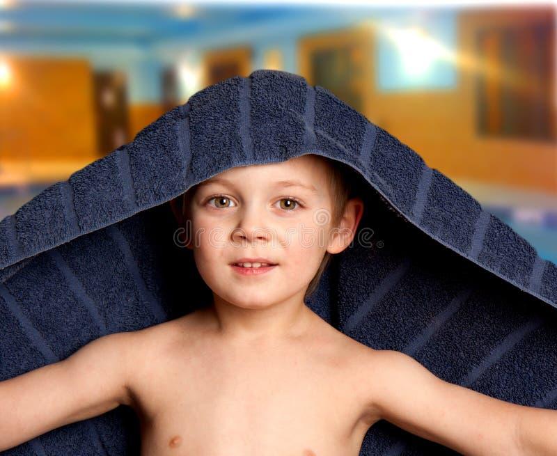 бассеин мальчика стоковое фото