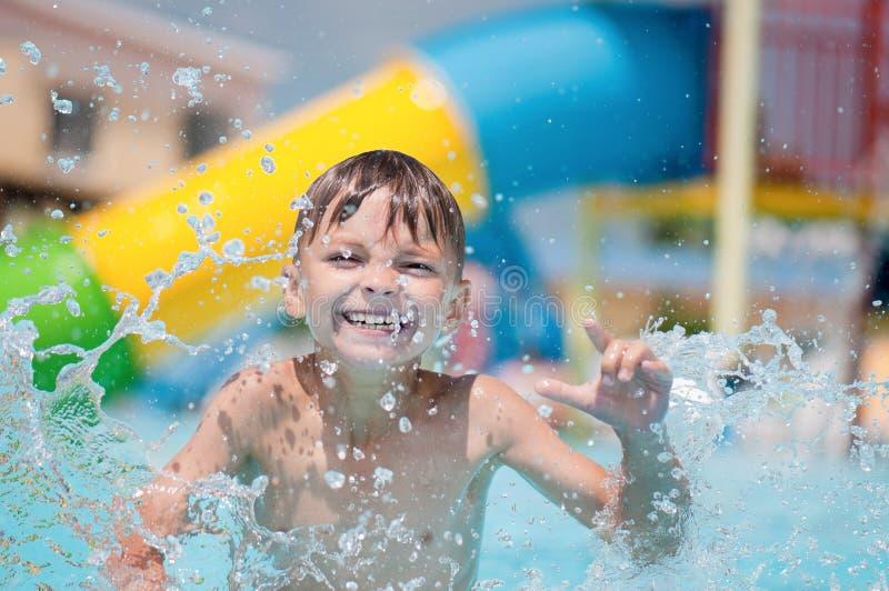 бассеин мальчика счастливый стоковое фото rf