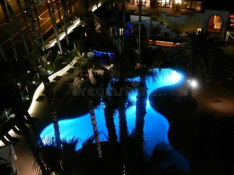 Бассеин на ноче стоковое изображение rf