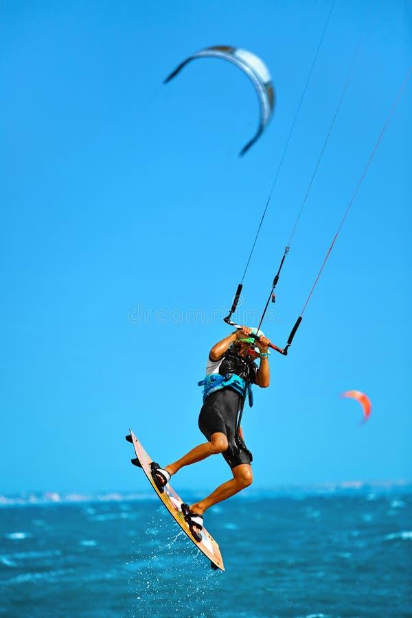бассеин подныривания конкуренций резвится вода заплывания Kiteboarding, Kitesurfing в океане весьма спорт стоковые изображения rf