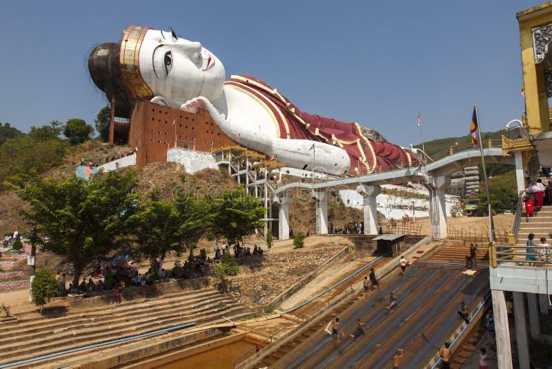 Гигантский Будда и воссоздание стоковые изображения