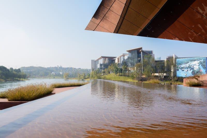 Бассейн берега озера перед современным зданием с зеркал-фиксированной стрехой в s стоковые фото