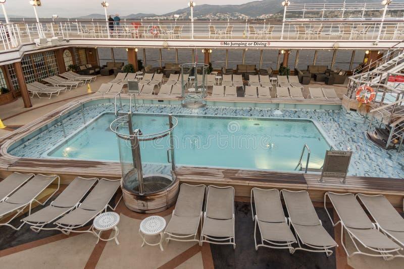 Бассейн верхней палуба на ферзе Элизабете ` s Cunard стоковое фото