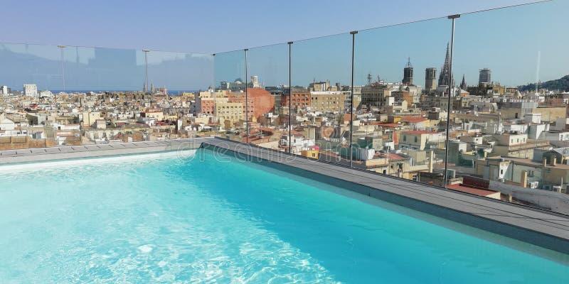 Бассейн в гостинице Барселоны крыши стоковые изображения rf