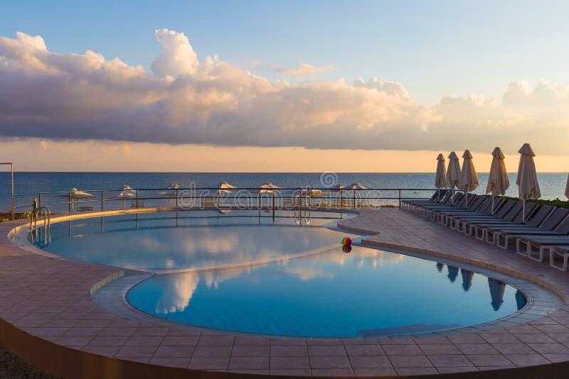 Бассейн в пляже Kato Stalos, префектуре Chania, западном Крите, Греции стоковая фотография