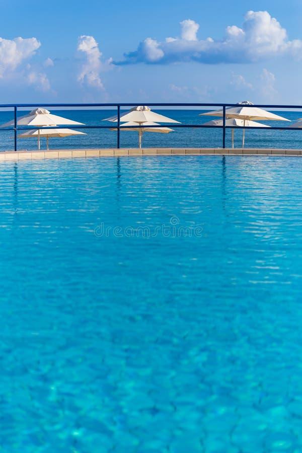 Бассейн в пляже Kato Stalos, префектуре Chania, западном Крите, Греции стоковые фотографии rf