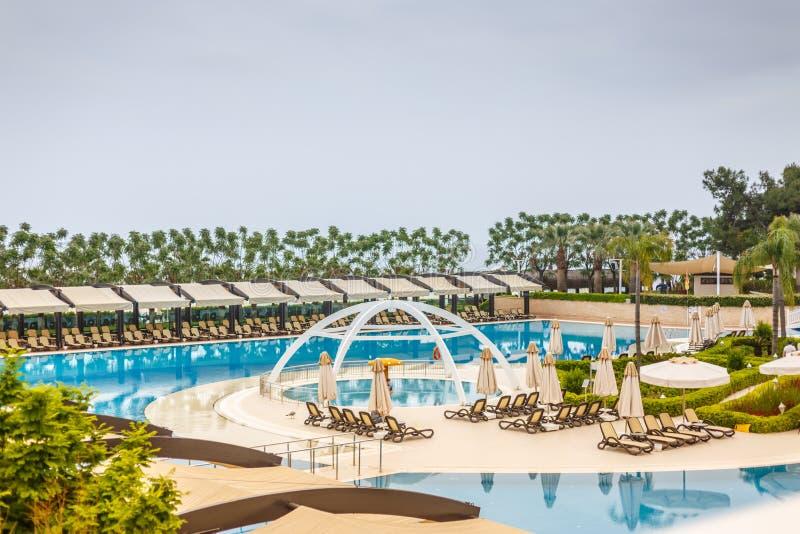 Бассейн гостиницы в солнечном летнем дне стоковое изображение rf
