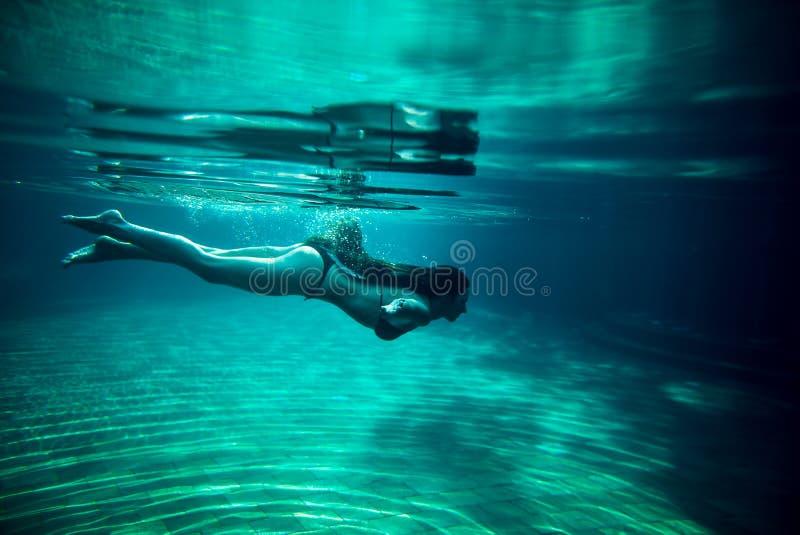 Бассейн заплыва девушки подводный стоковое изображение rf