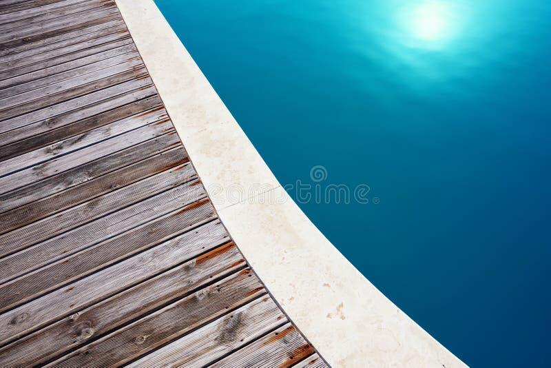 Бассейн и деревянный настил стоковые фото