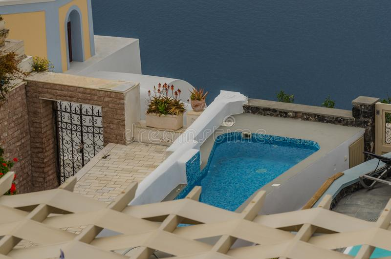 бассейн и дом в Santorini стоковое изображение
