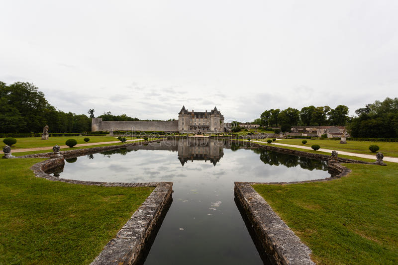 Бассейн и отражения замка La Roche Courbon стоковое фото