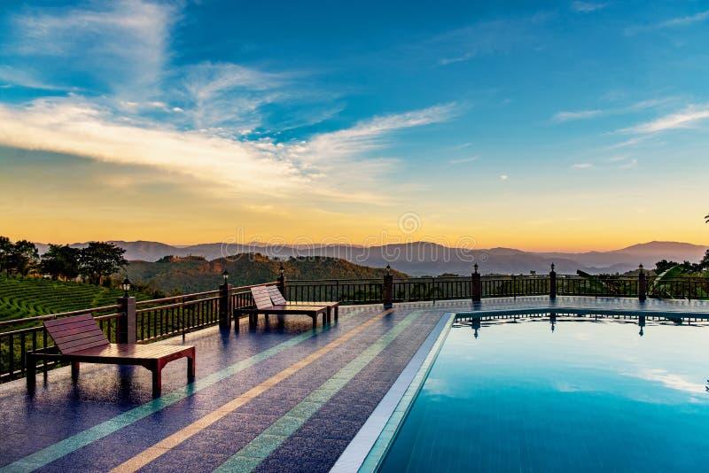 Бассейн курорта на Doi Mae Salong может увидеть плантации чая и высокие горы как фон стоковая фотография