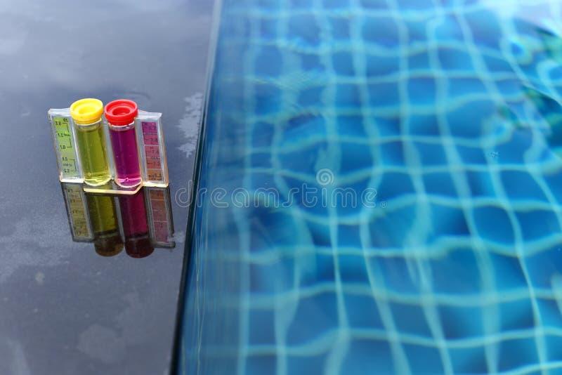 Бассейн курорта частный имеет еженедельное испытание обслуживания проверки, chlori пэ-аш стоковые фотографии rf