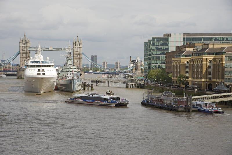 Бассейн Лондона грузит berthed около моста Великобритании башни стоковая фотография rf