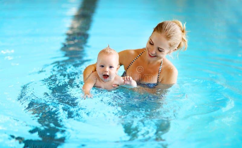 Бассейн младенца матери уча стоковые фото