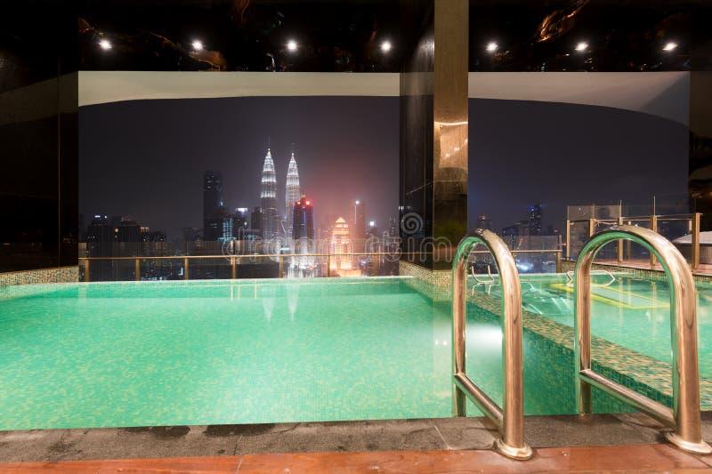 Бассейн на верхней части крыши с красивым видом на город Куалаом-Лумпур, Малайзией стоковое изображение rf