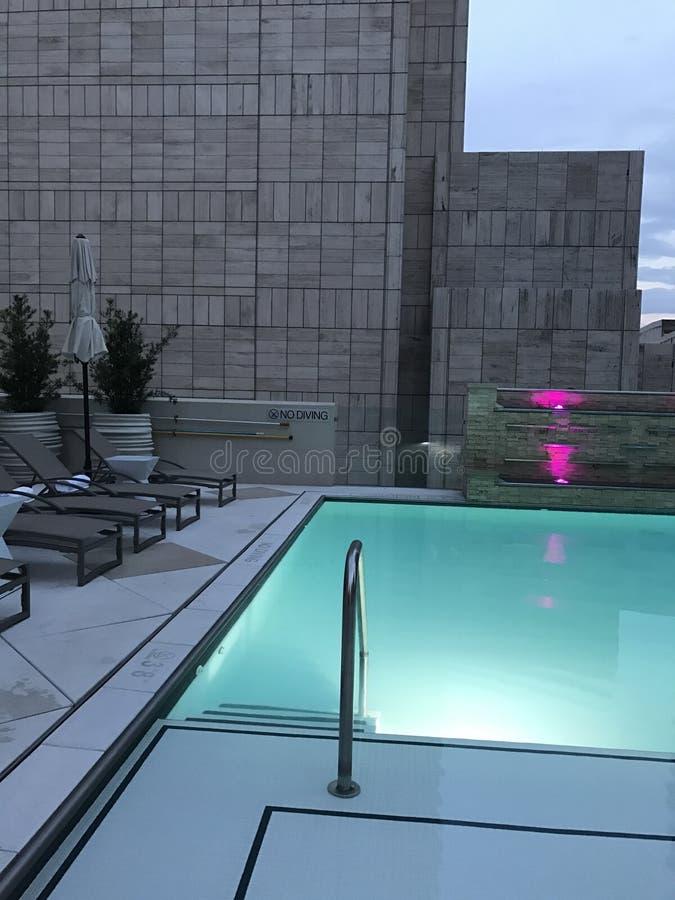 Бассейн на крыше на современной гостинице в городе стоковая фотография