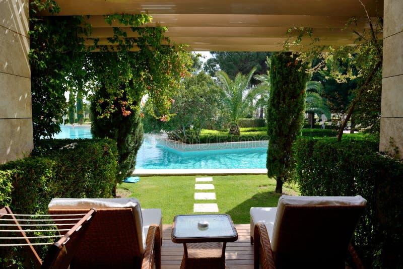 Бассейн на современной роскошной гостинице стоковое изображение rf