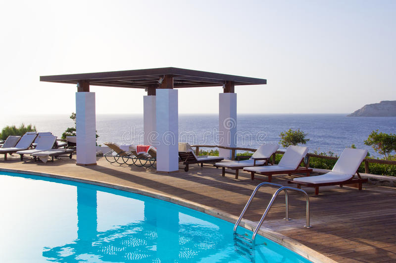 Бассейн с красивым видом на море на острове Крита стоковая фотография