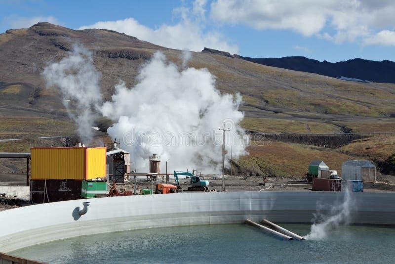 Бассейн для того чтобы собрать ненужную термальную воду на станции геотермальной энергии Mutnovskaya стоковые изображения rf