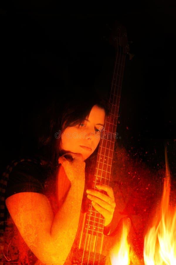бас пылает детеныши женщины гитары стоковое изображение rf