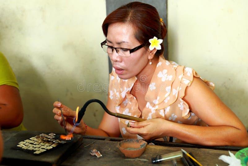 Батик делая в silverware стоковое изображение