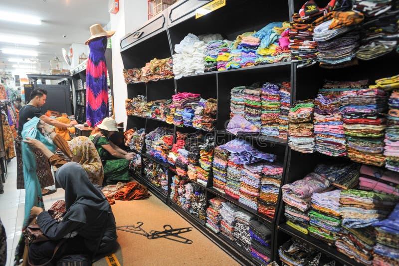 Батик покупок женщины одевает на Yogyakarta в Индонезии стоковая фотография rf