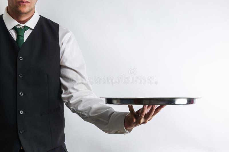 Батлер/кельнер нося пустой серебряный поднос стоковые фотографии rf
