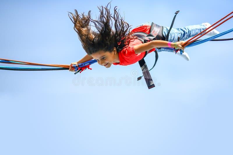 Батут bungee девушки скача стоковые фотографии rf