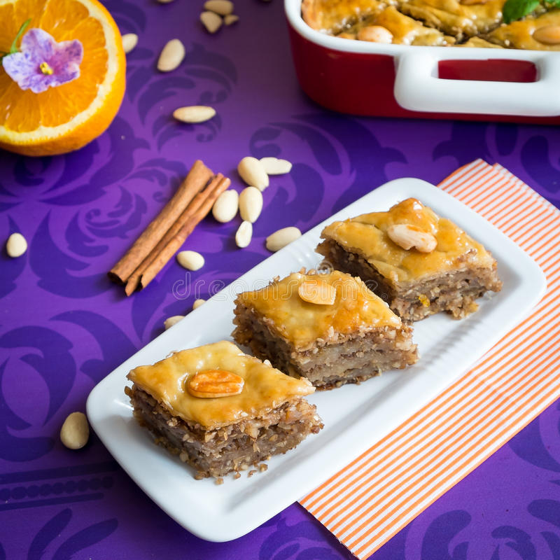 Бахлава с грецким орехом и миндалинами стоковые фото