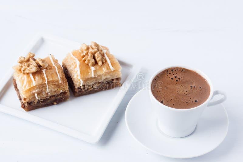 Бахлава с грецким орехом и турецким кофе стоковая фотография rf