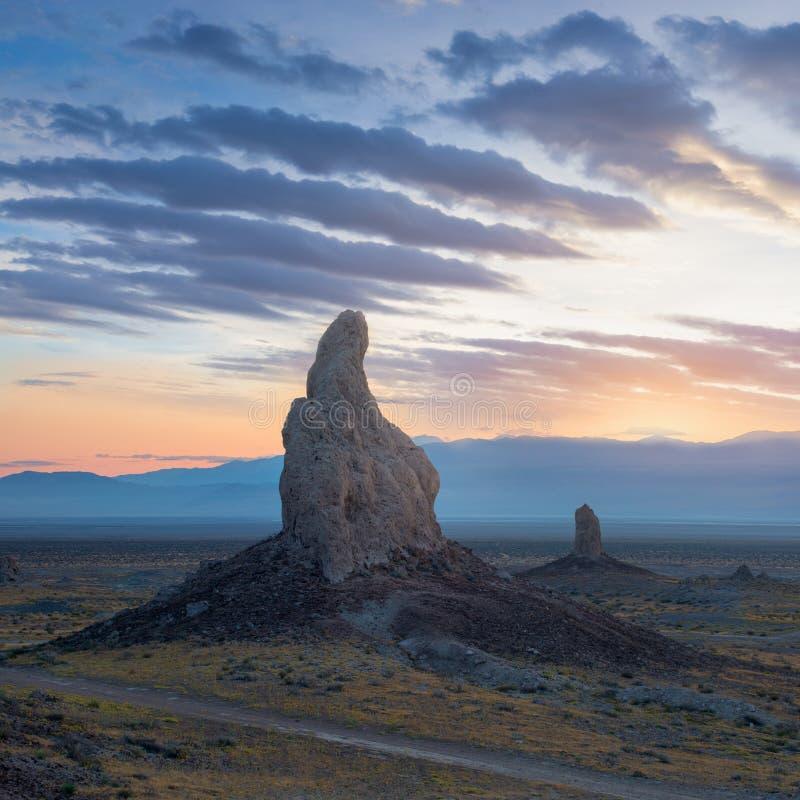 Башенкы Trona почти 500 шпилей туфа спрятанных в зоне консервации пустыни Калифорния национальной, не далеко от Death Valley стоковое изображение