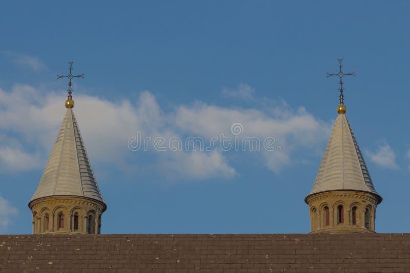 2 башни базилики нашей дамы в Маастрихте стоковые изображения
