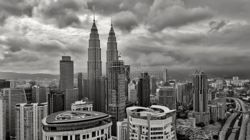 Башни Близнецы Petronas - взгляд Куалаа-Лумпур от сюит платины стороны стоковое изображение