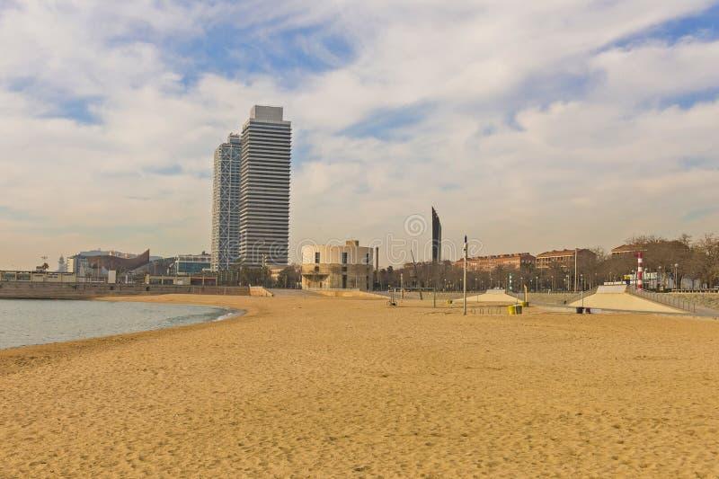 Башни близнецов, расположенные между пляжем Barceloneta и t стоковая фотография rf