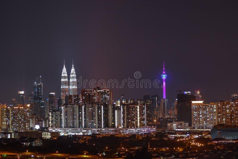Башни Близнецы Petronas - взгляд ночи города стоковое фото