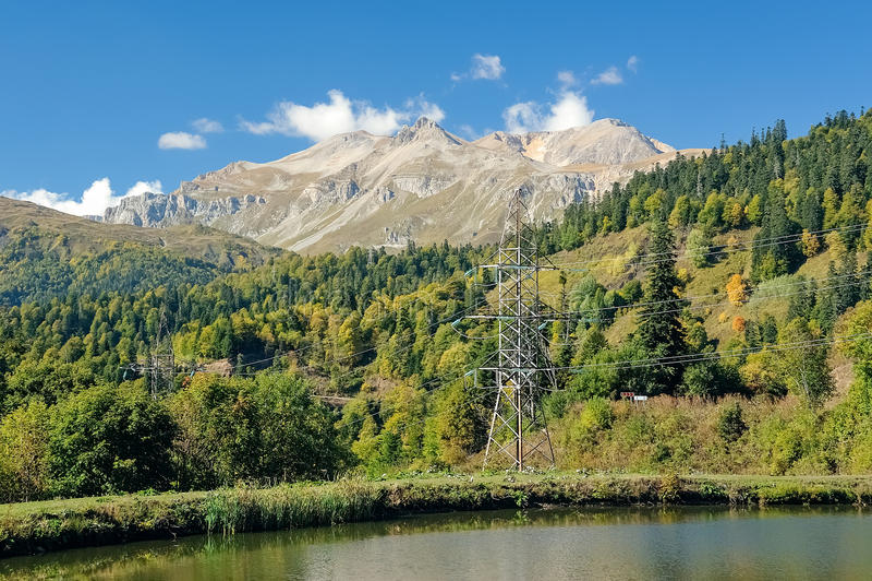Башни высоковольтных линий электропередач в горах стоковое фото rf