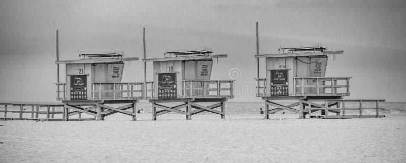 Башни личной охраны на пляже Калифорния Венеции стоковая фотография rf