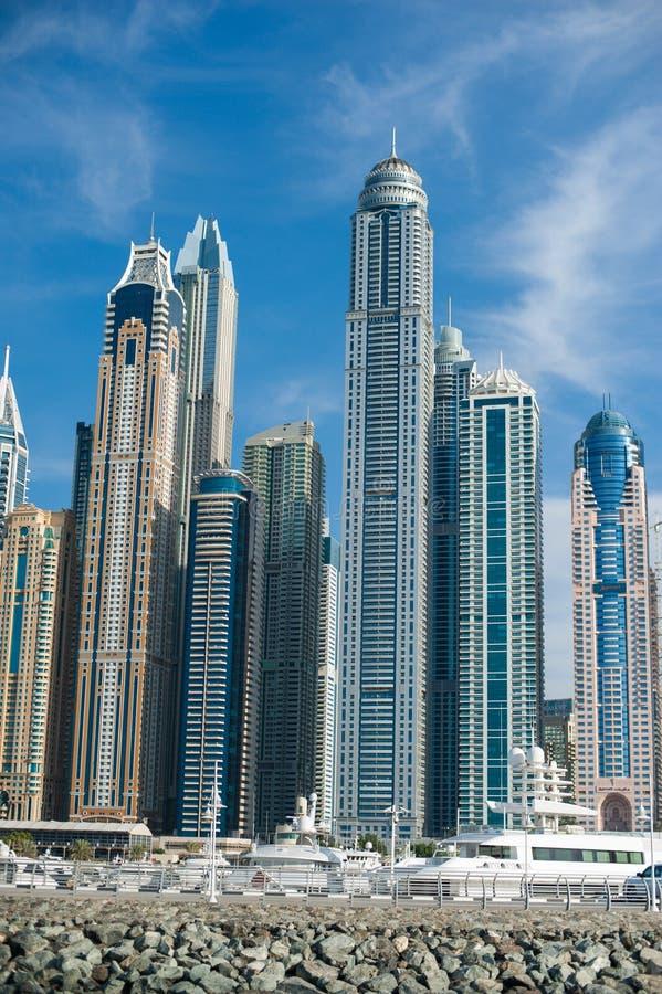 Башни Марины Дубай с яхтами на переднем плане стоковые фото