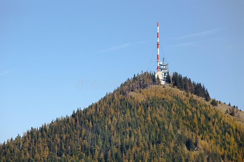 Башни передатчика на холме стоковые изображения rf