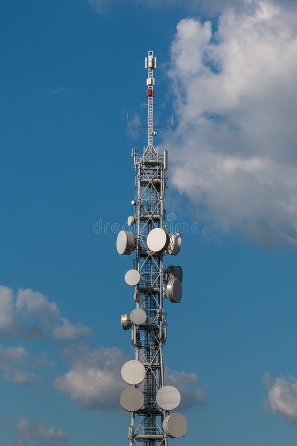 Башни радиосвязи с спутниковыми антенна-тарелками и антеннами стоковое изображение