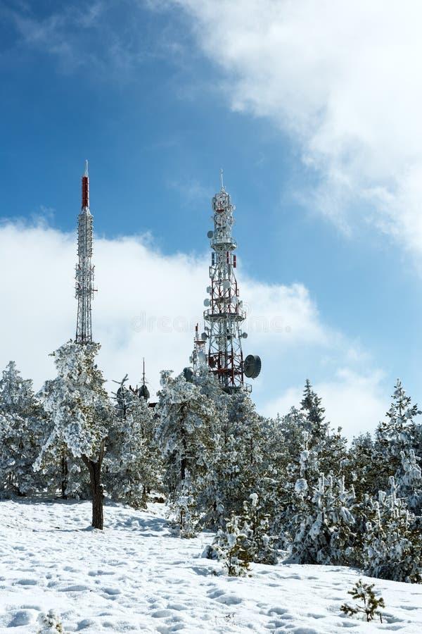 Башни радиосвязей покрытые с снегом стоковые фотографии rf