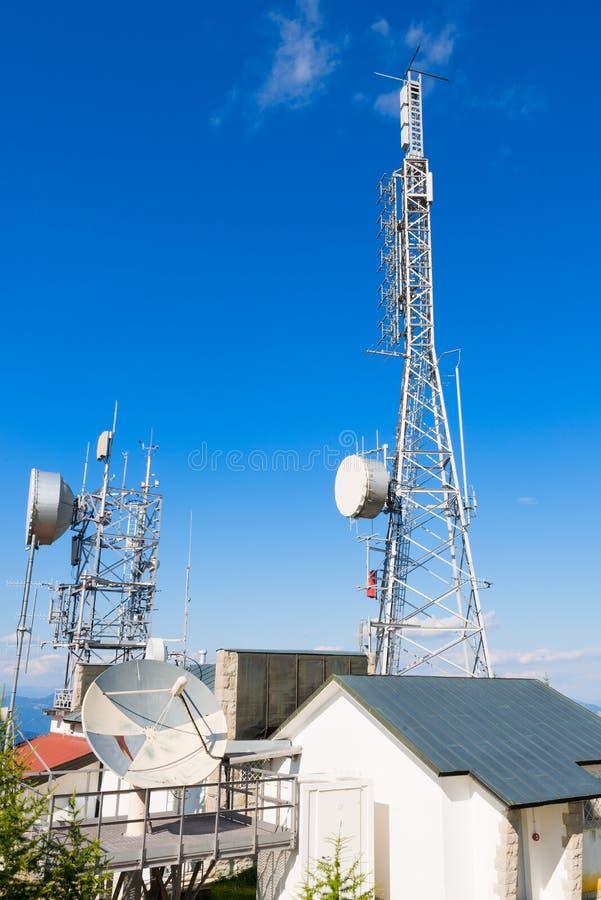 Башни радиосвязи в горе стоковые изображения rf