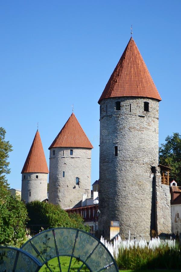 Download Башни стены городка в Таллине Стоковое Изображение - изображение насчитывающей историческо, зодчества: 33739197