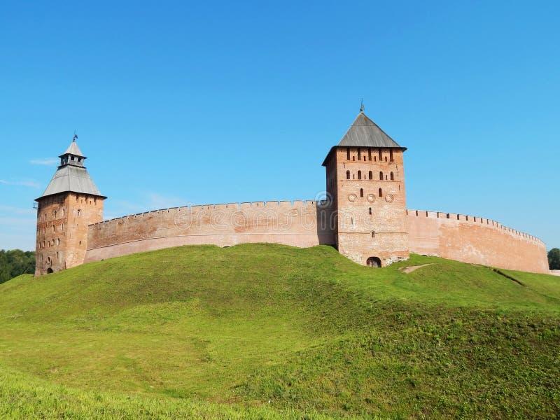 Башни Dvortsovaya и Spasskaya & x28; XV век & x29; в Новгороде большой Кремль в России стоковые изображения rf