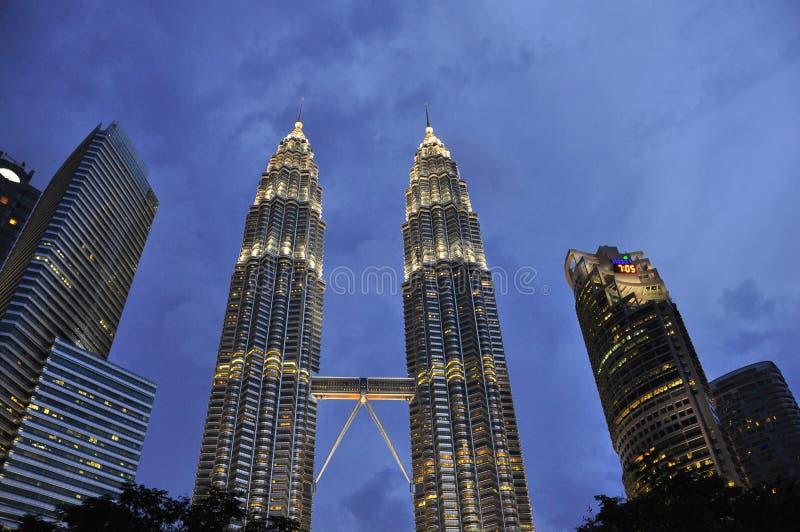 Башни Petronas к ноча стоковая фотография