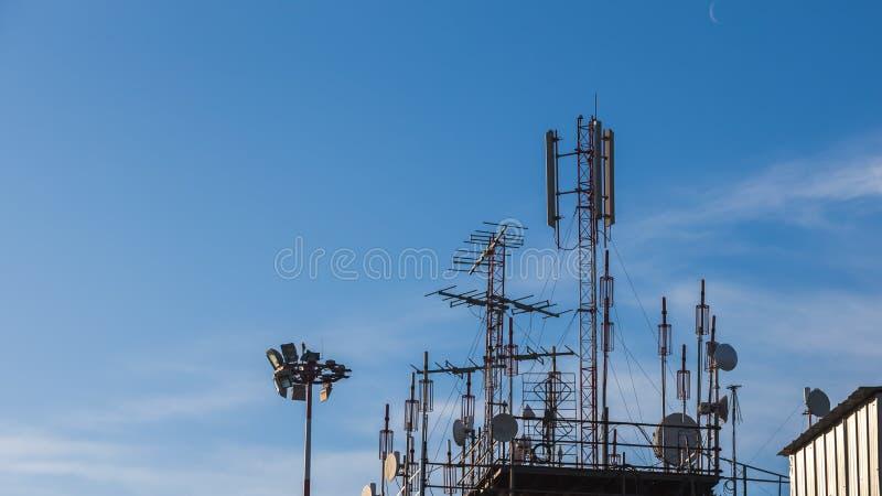 Башня авиадиспетчерской службы с много антенн на крыше стоковые фотографии rf