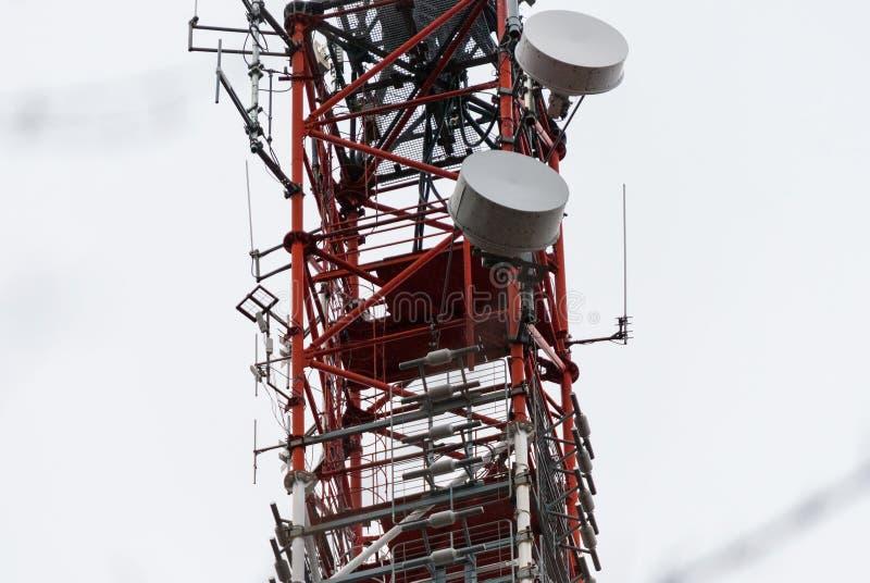 Башня антенны микроволны стоковые изображения