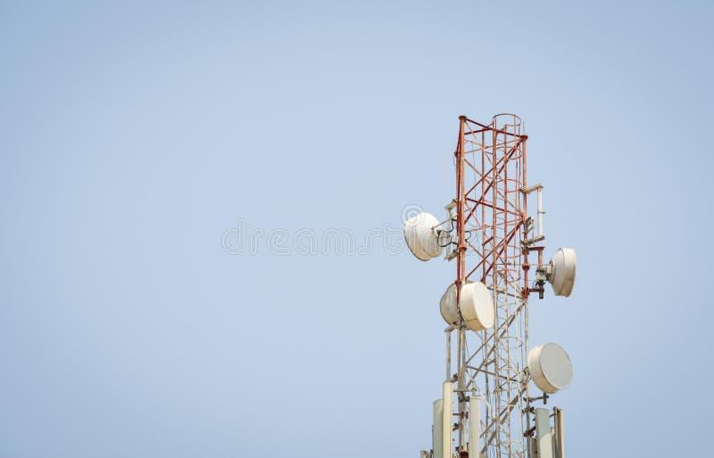 Башня антенны радиосвязи с космосом экземпляра стоковые изображения