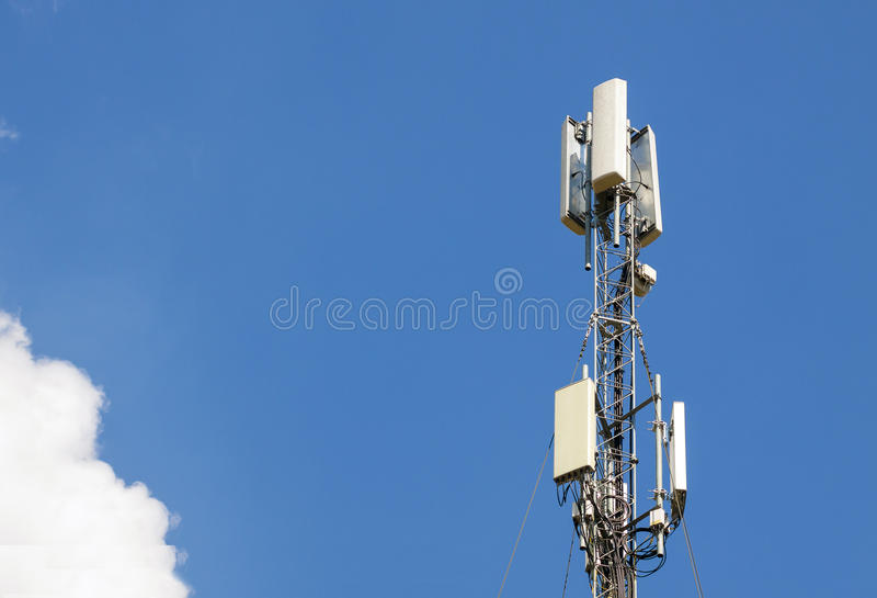 Башня антенны связи с голубым небом, технологией телекоммуникаций M стоковое фото rf